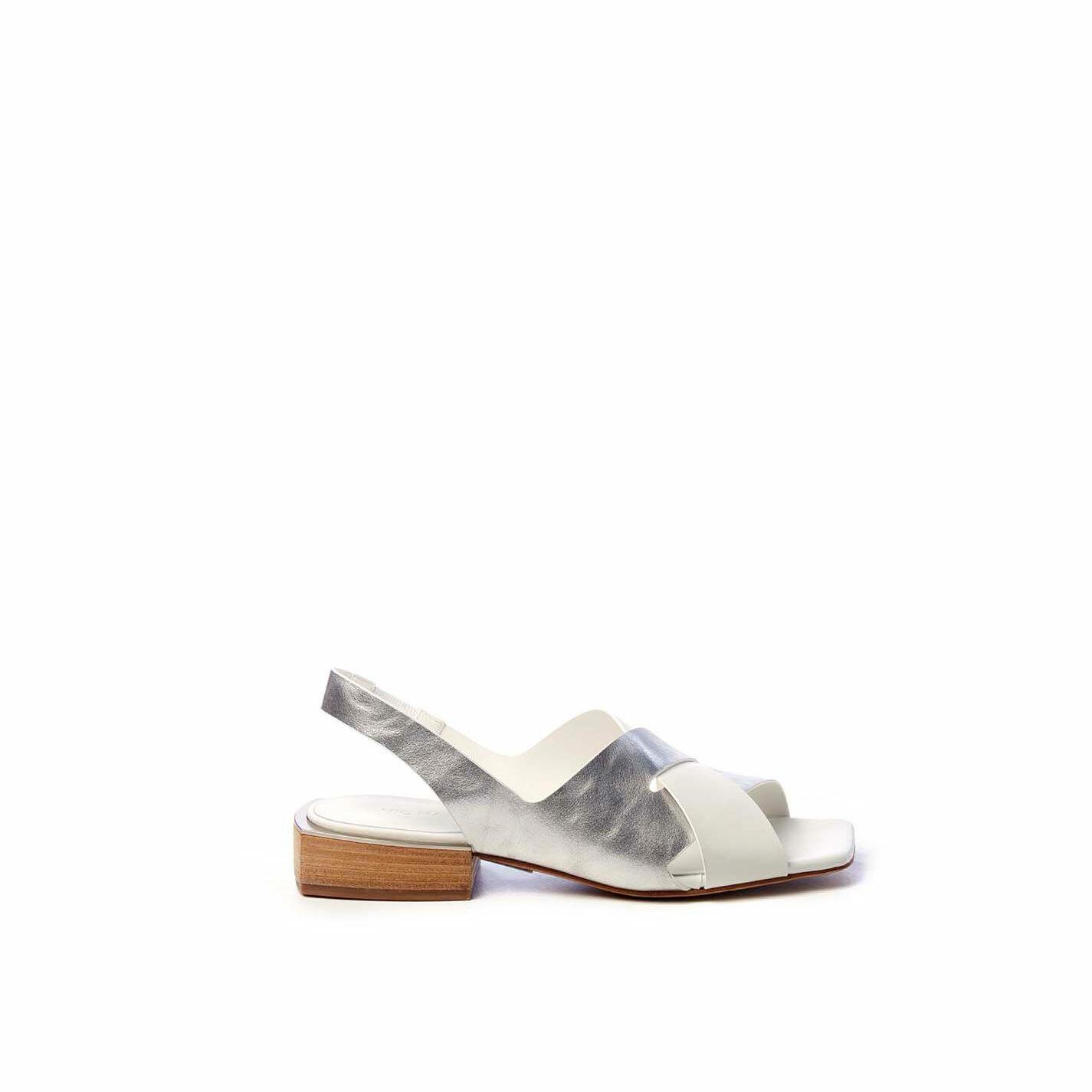Sandalo chanel flat in pelle di vitello argento/bianco