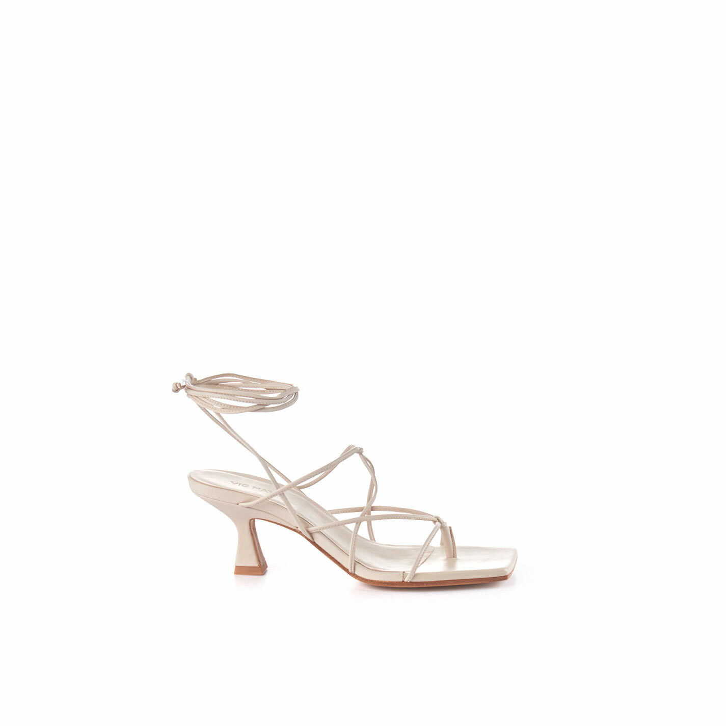 Ivory-coloured sandals with leather strings